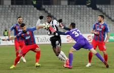 Castillon (foto,   în alb şi negru) a fost mereu cu un pas în urma apărătorilor de la ASA şi târgumureşenii s-au impus la scor de neprezentare,   3-0,   pe Cluj Arena în faţa Universităţii / Foto: Dan Bodea