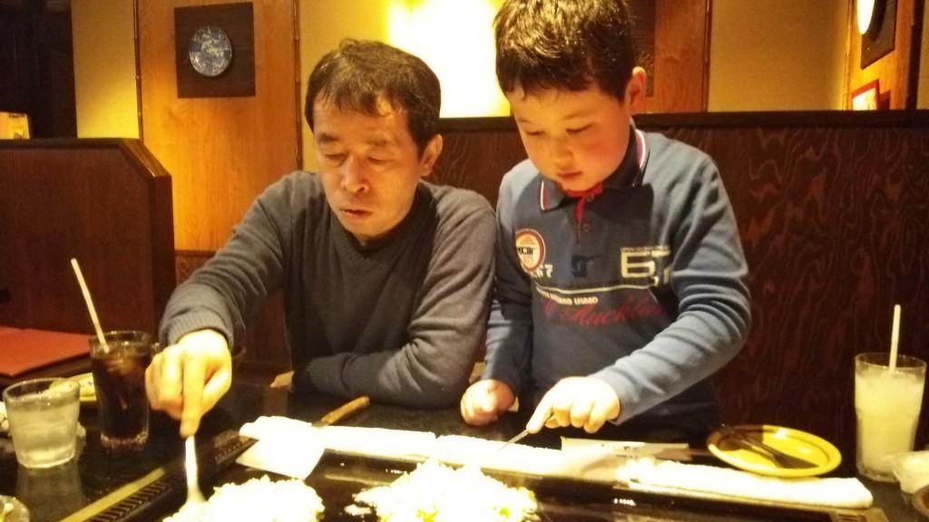 Micuțul Yusei,   alături de tatăl său