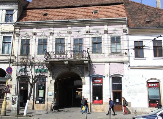 Imaginea Sfântului Hubertus,   cu arma de vânătoare,   pe o clădire di n Piața Unirii din Cluj / Foto: Dan Bodea