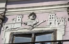 Imaginea Sfântului Hubertus, cu arma de vânătoare, pe o clădire din Piața Unirii din Cluj / Foto: Dan Bodea