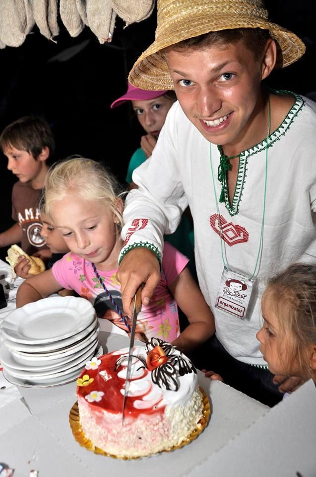 Tică Darie și o parte din micii cercetași de la Roția Montană / Foto: Radu Cristi