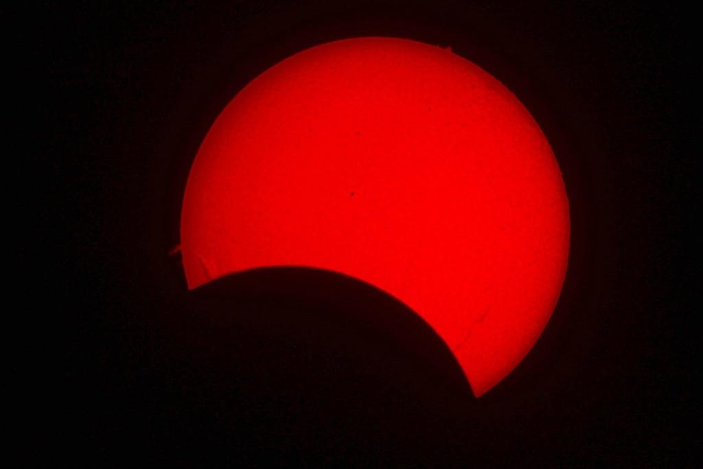 Fotografie realizată l  prin filtrul solar Coronado. Se observă detalii pe suprafața soarelui și câteva explozii solare pe margini. / Foto: Societatea Astronomică Andromeda