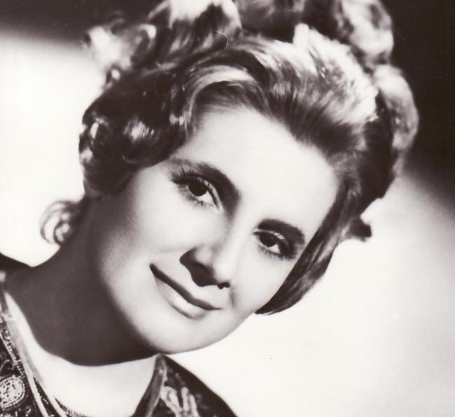 """Şi cântăreaţa de muzică uşoară Doina Badea,   supranumită """"Edith Piaf a României"""",   s-a stins atunci,   fiind surprinsă de cutremur în lift. Artista pleca de acasă când a simţit cutremurul şi a fugit înapoi,   în bloc,   probabil încercând să îşi salveze copiii. Nu a mai ajuns în apartament,   iar din corpul ei a rămas doar mâna cu verigheta,   după care a fost identificată. Soţul ei şi cei doi băieţi,   unul de un an,   iar celălalt de patru ani,   au murit şi ei."""