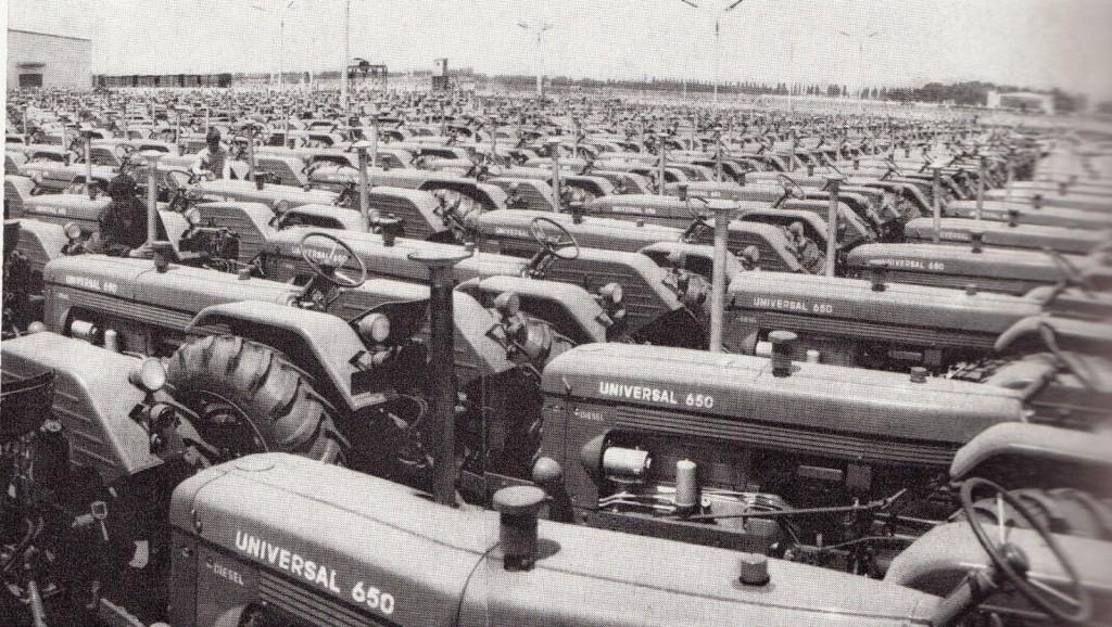Imagine decupată din ziarele comuniste,   când curtea fabricii era plină de tractoare .