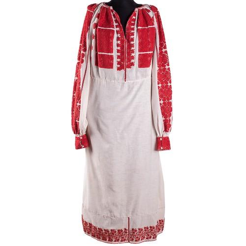 Ia,   originară din regiunea Oltenia - Argeș,   datează din perioada 1900-1920 și este cusută manual. Obiectul vestimentar din pânză de bumbac are decorațiuni lucrate cu fir de bumbac roșu. De o parte și de alta a pieptului este brodat soarele,   iar pe mâneci sunt cusute frunze și flori. Fustarul este decorat la marginea de jos cu motiv floral din mouliné roșu de bumbac și paiete galbene / Foto: florideie.ro