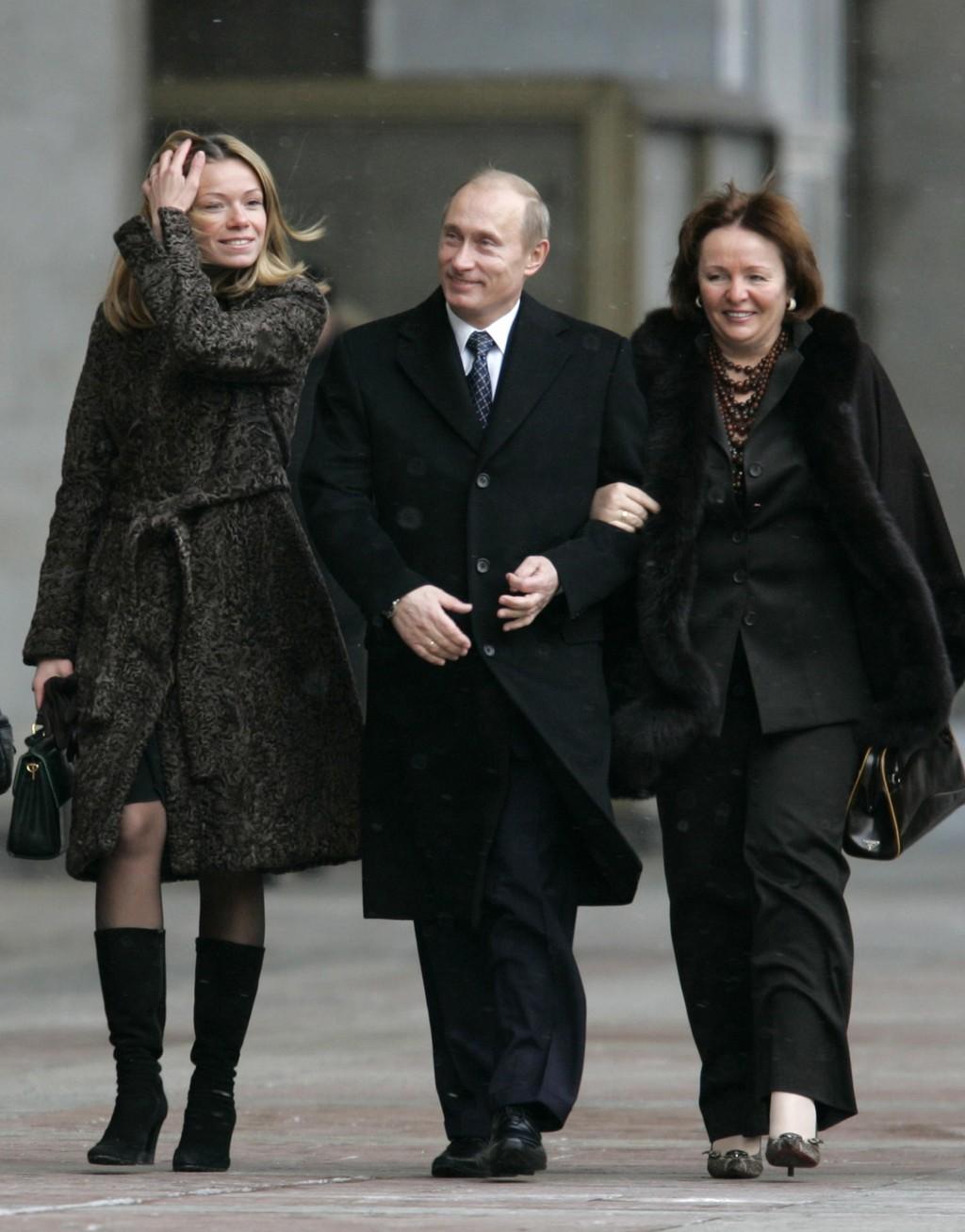 Vladimir Putin alături de Liudmila,   fosta soţie,   şi una dintre fiicele lor,   Maria.