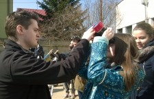 Ovidiu Adrian Banciu,   membru al Astroclubului Borealis îi ajută pe clujeni să vadă eclipsa cu ajutorul binoclului.