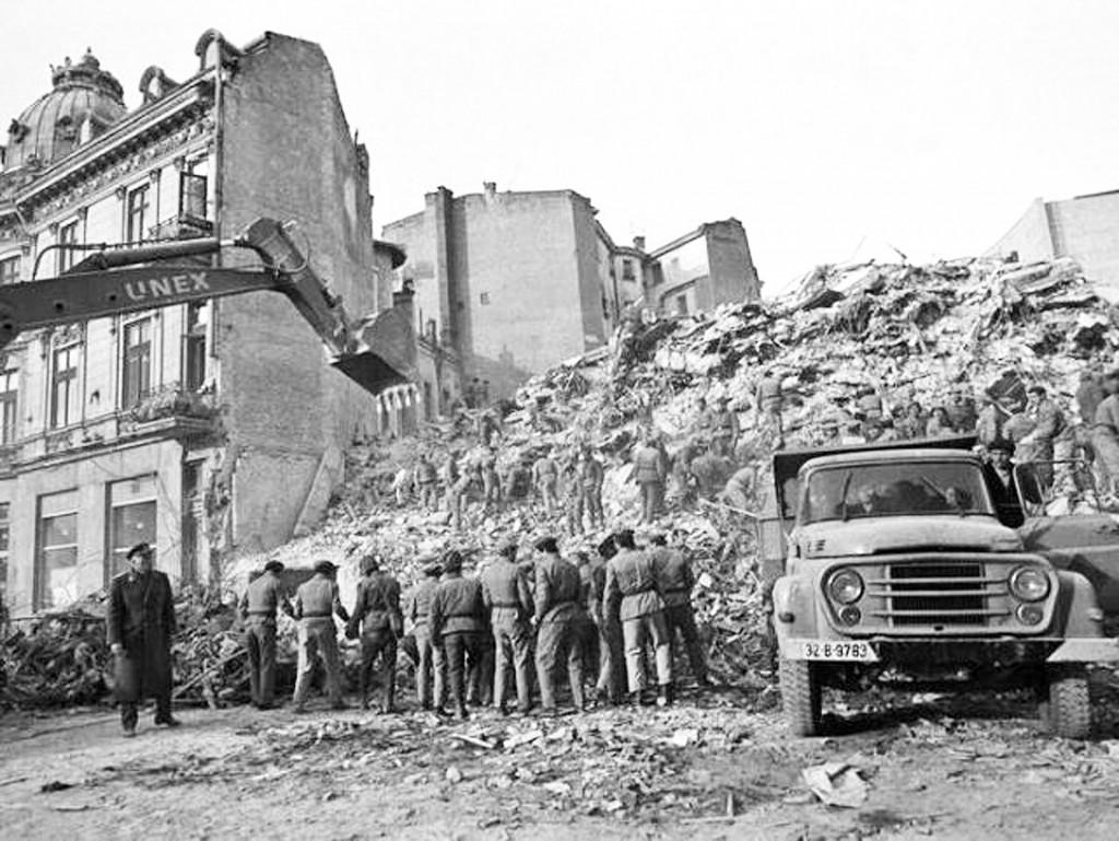 Bilanţul cutremurului din 4 martie 1977 a fost devastator: 1.578 de persoane şi-au pierdut viaţa,   strivite sau asfixiate sub dărâmături,   din care 1.424 în Bucureşti. Numărul total al persoanelor accidentate s-a ridicat la 11.300,   iar 32.900 de clădiri au fost grav avariate sau distruse. Imediat după seism,   circa 35 000 de familii au rămas fără adăpost.