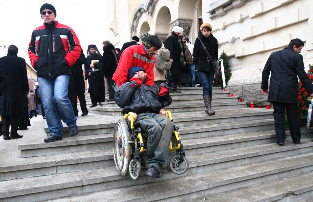Dura realitate: persoanele cu dizabilități motorii trebuie să urce scările pentru a participa la slujbă / Foto: Dan Bodea