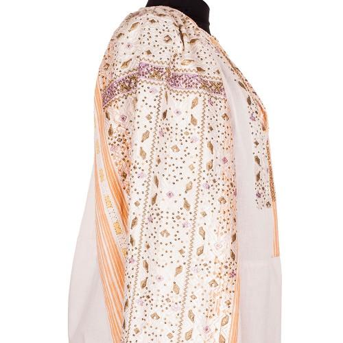 O ie realizată la începutul secolului XX (1910-1920) și originară din zona Muscelului,   lucrată manual pe pânză de bumbac. Ia este bogat decorată,   cu ornamente colorate și cusute cu fir de bumbac alb și galben,   cu mătase albă și mov,   cu fir aurit și paiete mici/ Foto: florideie.ro