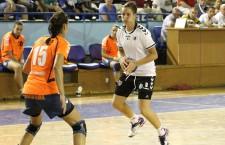 Cristina Laslo și colegele ei de la Universitatea Alexanrion Cluj nu au fost de acord cu scorul indicat de tabelă, la pauza meciului cu CSM Pliești (10-13) și au făcut o repriyă secundă de ținut minte, iar la final s-au impus cu 23-22 / Foto: Dan Bodea
