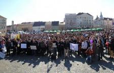 """Apoximativ 2.000 de oameni s-au adunat în Piaţa Unirii din Cluj-Napoca, înainte de a porni """"Marşul pentru viaţă"""" / Foto: Dan Bodea"""