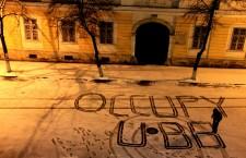 """Ocuparea propriu-zisă a amfitreatrului """"Nicolae iorga"""" din cadrul sediului central UBB a avut loc în perioada 26 martie – 9 aprilie 2013. Rolul ocupării era acela de a crea un spaţiu liber,   revendicat de către studenţi pentru studenţi,   unde să se poată discuta diferite probleme ale studenţilor."""