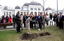 Principesa Margareta și Principele Radu au avut,   duminică,   o zi plină de evenimente la Cluj-Napoca. Au vizitat Catedrala Ortodoxă,   apoi pe cea Greco-Catolică,   au plantat platani,   iar seara au fost distinși cu titlurile de Cetățeni de Onoare ai județului Cluj în cadrul unui Concert Regal / Foto: Dan Bodea