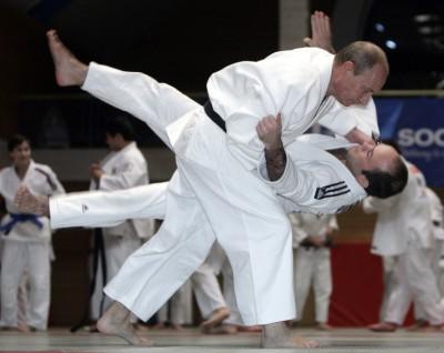 Vladimir Putin are foarte multe feţe,   este campion şi excelează în multe domenii: este judoka emerit,   vânător,   jucător de hochei,   pescar,   înotător,   şofer de curse,   pianist,   scafandru.