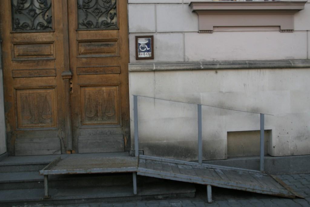 Puține clădiri din Cluj au rampe de acces pentru persoanele cu dizabilități / Foto: Dan Bodea