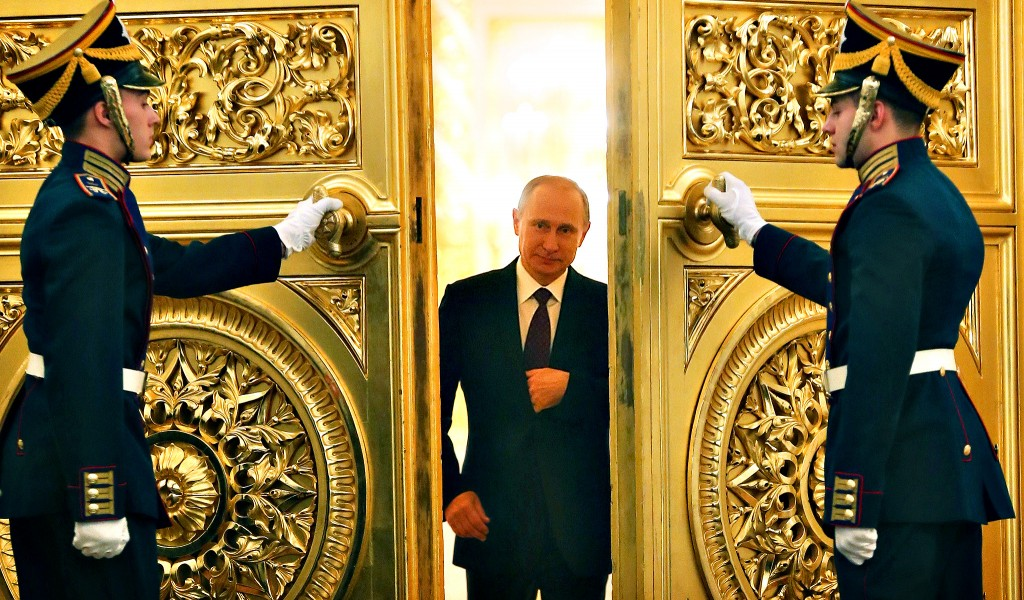 Vladimir Putin a avut două mandate prezidenţiale,   în perioada 2000-2008. În următorii patru ani a fost premier,   apoi în 2012 a fost ales din nou preşedinte al Rusiei.