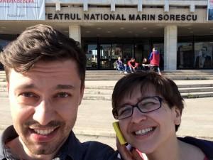 Andrei Măjeri și Leta Popescu,   în fața Teatrului Național din Craiova/Foto: Arhivă personală