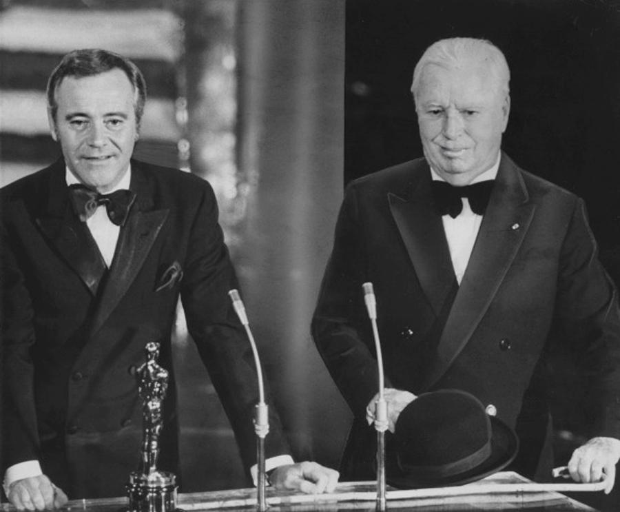 """Charlie Chaplin a primit,   în timpul vieţii,   trei Oscaruri onorifice. În 1929,   la prima ediţie,   a fost răsplătit cu un trofeu pentru contribuţia extraordinară la filmul """"Circul"""" (scenarist,   actor,   regizor,   producător). În 1972 a primit un Oscar pentru întreaga carieră,   iar în 1973,   cu o întârziere de 20 de ani,   unul pentru muzica din """"Luminile Rampei""""."""