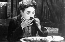 """Pe 2 februarie 1914, Charlie Chaplin îşi făcea debutul cinematografic în filmul scurt """"Making a Living"""" (13 minute), însă celebrul Vagabond (The Tramp) avea să  apară pentru prima oară în faţa publicului cinci zile mai târziu, pe 7 February 1914, odată cu lansarea peliculei """"Kid Auto Races at Venice"""" (11 minute)."""