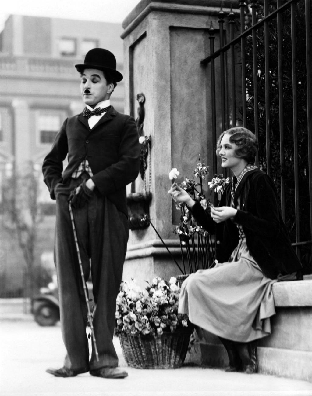 În timpul Primului Război Mondial existau peste tot diverse obiecte legate sau întruchipându-l pe Vagabond – păpuşi,   figurine,   cravate,   cărți de joc,   reviste comice,   chiar şi cocktailuri. În spitalele de campanie,   filmele sale erau proiectate ca terapie recuperatorie.