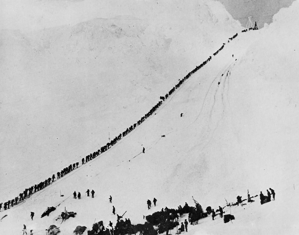 """Multă vreme Alaska a fost """"pământul făgăduinţei"""" pentru aventurierii căutători de aur. În anul 1906,   producţia de aur a trecut de 33.000 kg,   ceea ce a determinat apariţia unor centre de prelucrare la Fairbanks,   Nome,   Bethel,   Circle."""