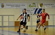 Ioan Ovidiu Sabău (foto,   în tricou roșu) și Radu Sabo (foto,   în alb și negru) vor face echipă,   într-un meci caritabil,   pentru a ajuta persoanele cu diabet / Foto: Dan Bodea
