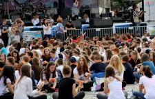 """Peste 1.600 de elevi clujeni au cântat alături de Alexandra Ungureanu și trupa Crush piesa """"When I'm Gone"""", stabilin un nou record mondial la Cup Song / Foto: Dan Bodea"""