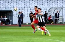 """Vlad Morar (tricou alb-negru) a marcat,   în meciul cu Gaz Metan,   cel mai rapid gol pentru """"U"""" Cluj în acest campionat / Foto: Dan Bodea"""