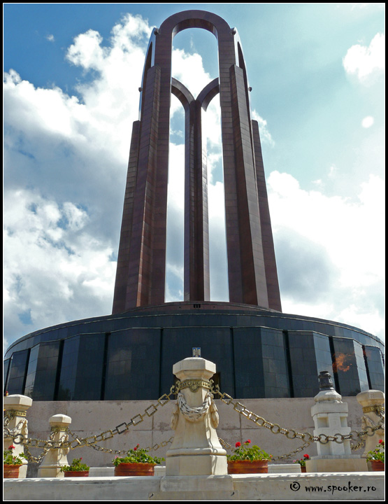 Coloanele din granit roșu au o înălțime de 48 de metri.