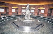 În centrul mausoleului (unde se află acum grupul statuar) era depus Gheorghe Gheorghiu - Dej.