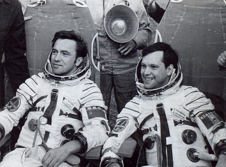 Dumitru Prunariu, în vârstă de 59 de ani, este al 103-lea pământean care a ajuns în spaţiu. El a efectuat pregătirea completă de specialitate necesară realizării unui zbor cosmic în Orăşelul Stelar de lângă Moscova, unde a obţinut, după trei ani, note maxime la examenele finale de calificare, fiind repartizat în echipaj cu cosmonautul rus Leonid Popov.