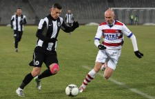 Valentin Lemnaru (foto,   la minge) a fost în acest sezon doar o umbră a golgheterului din campionatul trecut,   iar antrenorul Falub l-a dat afară / Foto: Dan Bodea