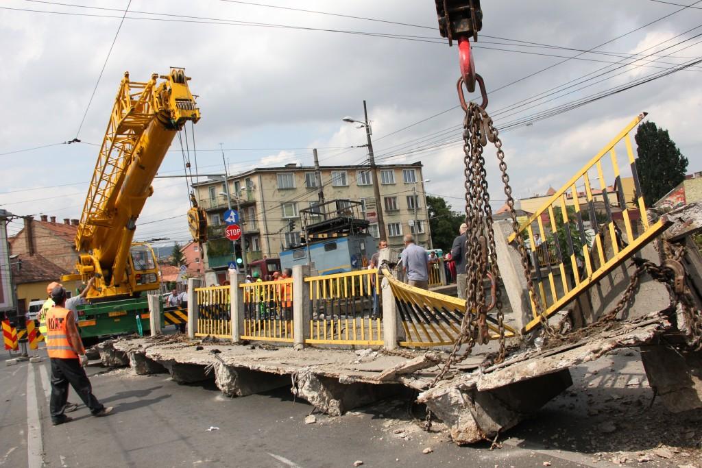 În august 2013 o porțiune de 20 de metri a Podului Traian s-a prăbușit,   autoritățile locale promițând atunci că podul va fi reparat de urgență/Foto: Dan Bodea