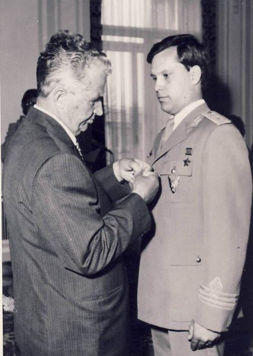 Nicolae Ceauşescu l-a decorat pe Dumitru Prunariu cu Ordinul Erou al RSR (1981).