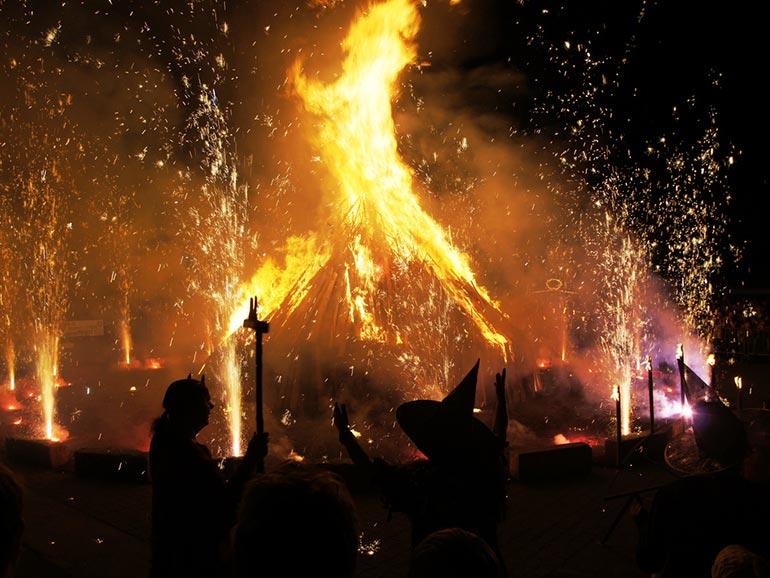 Încă din timpuri străvechi,   în noaptea de 30 aprilie,   numita Walpurgis Night,   exista obiceiul să se aprindă focuri mari,   în aer liber,   menite să ţină departe spiritele rele şi moartea,   iar acestea să fie învinse de forţele binelui şi de viaţă. Ritualurile durau până în dimineaţa zilei de 1 Mai,   la răsăritul soarelui.