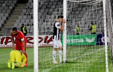 """Lemnaru îmbrățișează neputincios bara porții lui Gavrilaș,   """"U"""" Cluj a terminat la egalitate cu Astra (0-0) și a făcut un pas important spre Liga a II-a / Foto: Dan Bodea"""