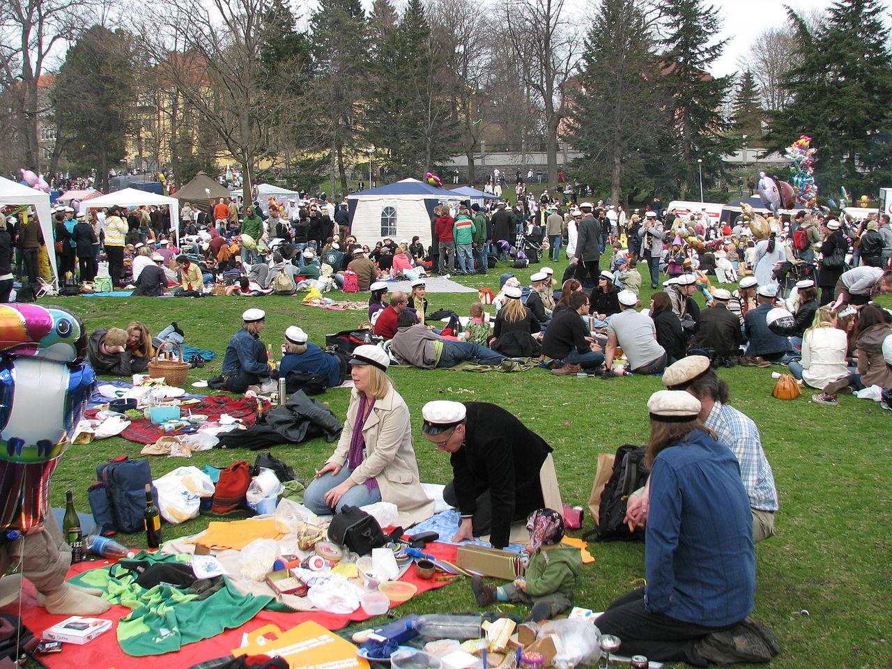 Aşa arată picnicul de 1 mai la Helsinki,   după Noaptea Valpurgiei