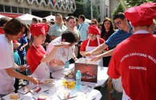 Bucătari internaţionali şi români au realizat cel mai mare cheesecake din România, în cadrul Zilelor Clujului ediţia 2015