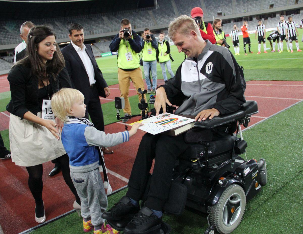 Momentul emoționant din 2014 când Alex i-a oferit  fotbalistului Mihai Neșu unul dintre desenele sale/Foto: Dan Bodea
