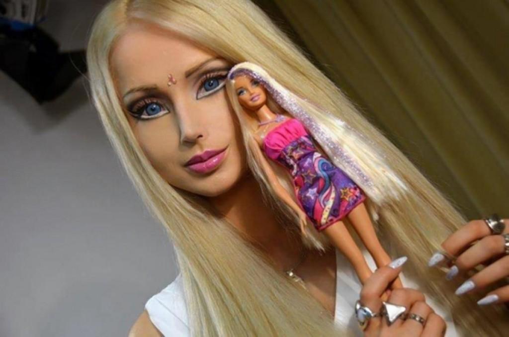 """Între timp,   au şi apărut păpuşi Barbie """"naturale"""" - adică fete în carne şi oase,   care şi-au făcut nenumărate operaţii estetice,   ca să arate exact ca şi păpuşa. Una dintre ele este ucrainianca de 29 de ani Valeria Lukyanova (foto). Ba mai mult,   există şi bărbaţi care s-au supus unor intervenţii chirurgicale complexe,   ca să arate ca şi Ken. Un exemplu este Justin Jedlica,   din New York,   un bărbat de 32 de ani care a cheltuit peste 100.000 de dolari pe operaţii estetice,   până acum."""