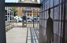 """Expoziția """"Lagărele de lângă tine"""" a fost deja instalată în cadrul unei struturi de lemn din Piața """"Avram Iancu"""" din Cluj-Napoca/ Foto: Maria Man"""