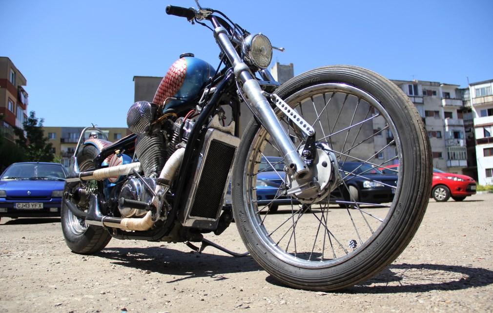 De multe ori Dorin se plimbă prin târguri de vechituri și găsește tot felul de obiecte interesante pe care le cumpără și le adaptează motocicletelor lui Foto: Dan Bodea