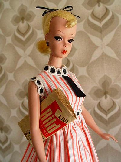 """""""Precursoarea"""" lui Barbie este Lilli,   personaj din revistele de benzi desenate pentru adulţi,   apărută în Germania anilor '50."""