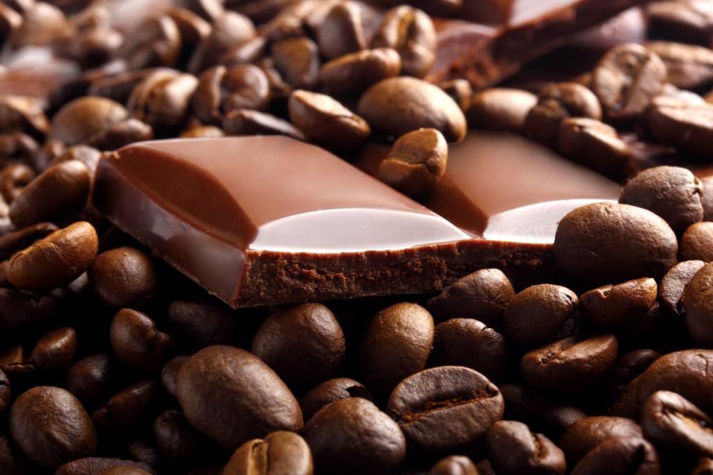 """În timpul civilizaţiilor precolumbiene, boabele de cacao serveau ca monedă de schimb, iar amanda (pulpa de cacao) se folosea pentru prepararea """"băuturii zeilor"""", """"tchocolatl"""", ciocolata cu efecte stimulatorii pentru înlăturarea oboselii şi cu gust foarte plăcut."""