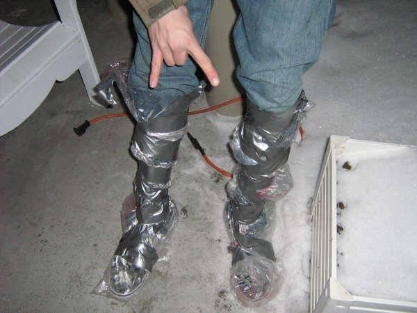 Soluția alternativă: cizmele artizanale realizate din pungi de gunoi și bandă adezivă