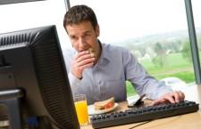 Obicei care îngraşă: mâncatul la birou