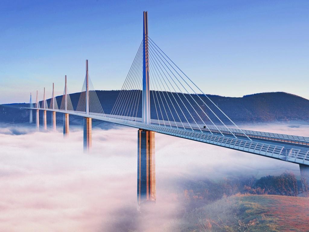 Viaductul Millau, deschis în 2004, apare pe primul loc în majoritatea topurilor celor mai spectaculoase poduri din lume.
