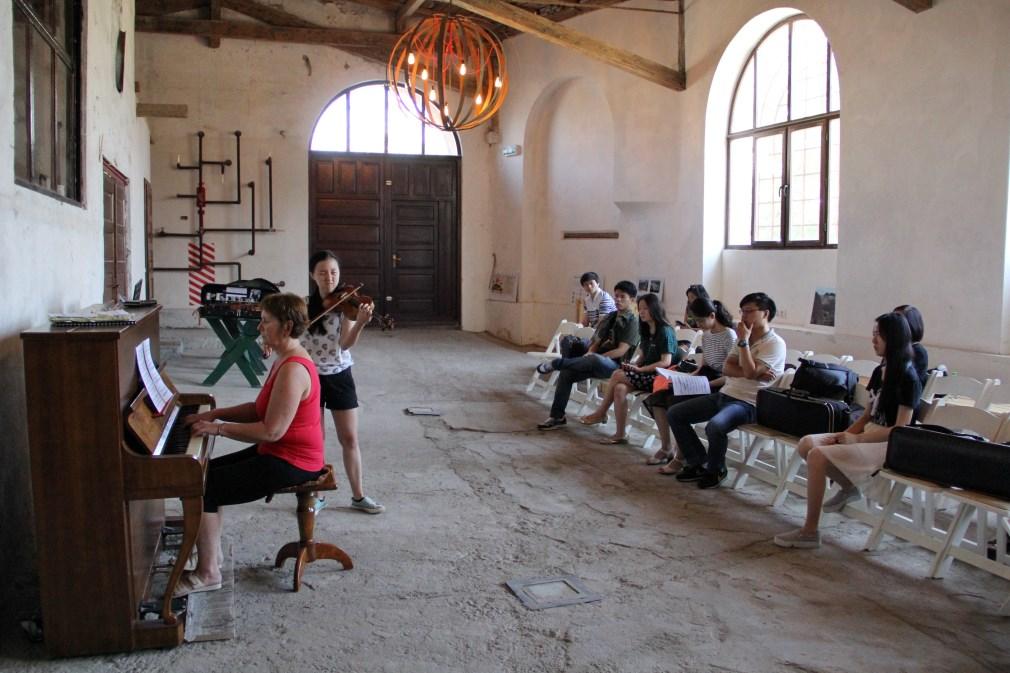 Imagine din timpul repetițiilor la fosta fabrică de bere din Turda. La pian: Cipriana Gavrișiu/Foto: Dan Bodea