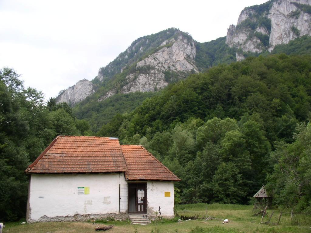 Baza Cheia,   fosta școală din sat